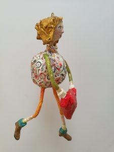 selbstgemachte Figur aus Pappmaché, hängend