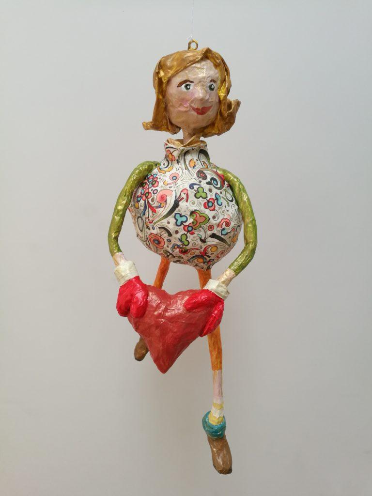 Hängende Figur aus Pappmachee als Geschenkidee