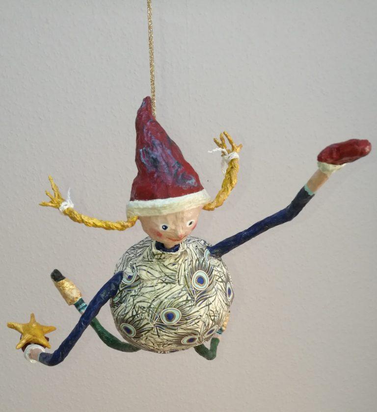handgefertigte hängende Figur aus Pappmache