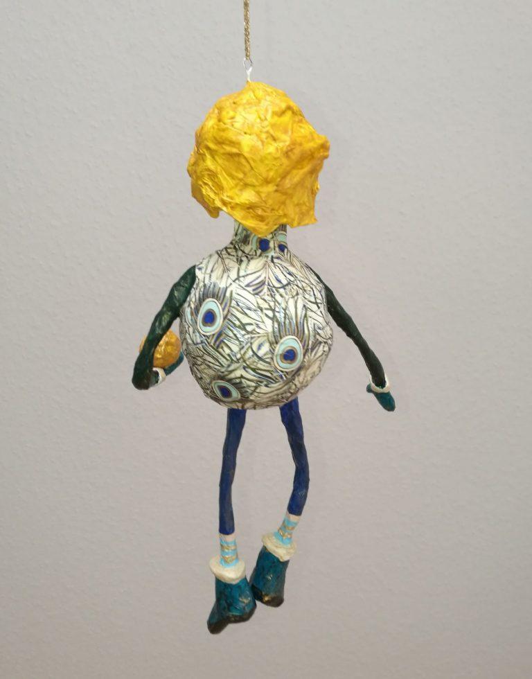 selbstgemachte Figur aus Pappmachee