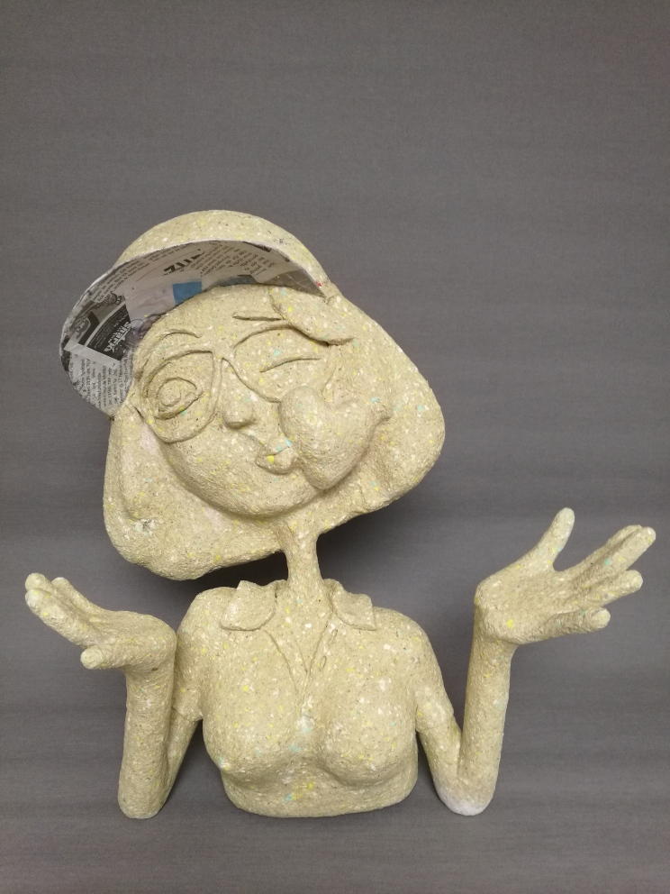 Büste aus Pappmache in Bearbeitung von Frauke Lorenz