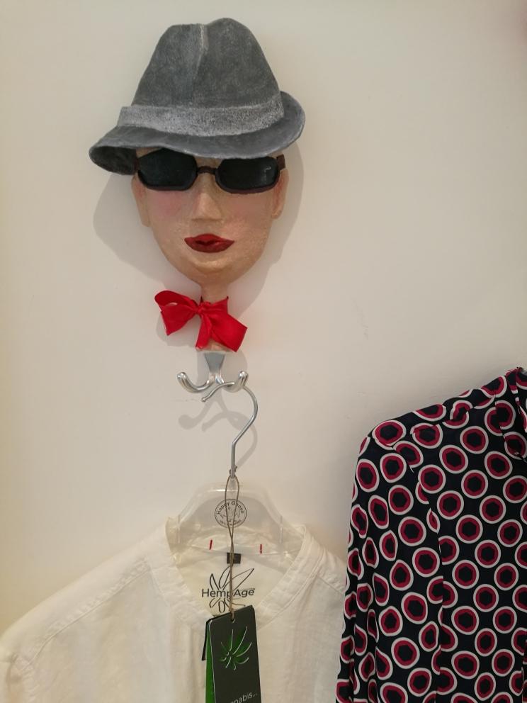 Garderobenhaken aus Pappmache in Auftragsarbeit