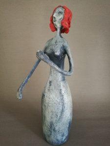 handgefertigte Frauenfigur aus Pappmasché
