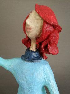 Skulptur Charlotte aus Pappmaché mit Luftballon