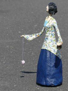 Frauen Figur Sophia aus Pappmachee