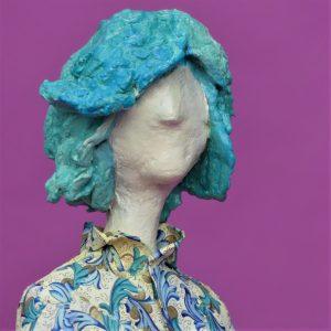 Frauenskulptur aus Pappmaché