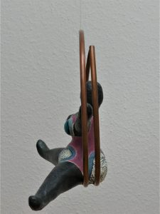 Figur aus Pappmache hängend