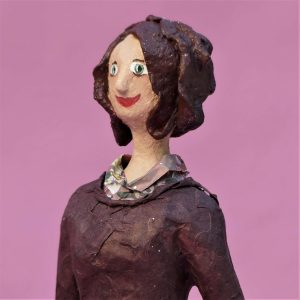 Elena Skulptur aus Pappmache 1-min