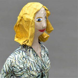 Frauenskulptur Greta aus Pappmache 1