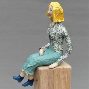 Frauenskulptur Greta aus Pappmache