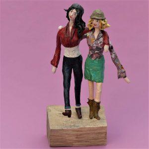 Freundinnen Skulptur aus Pappmachee 1-min