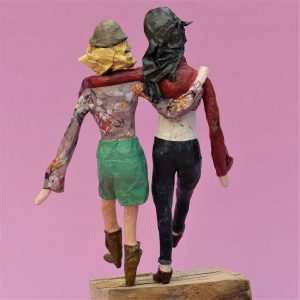 Freundinnen Skulptur aus Pappmachee 3-min