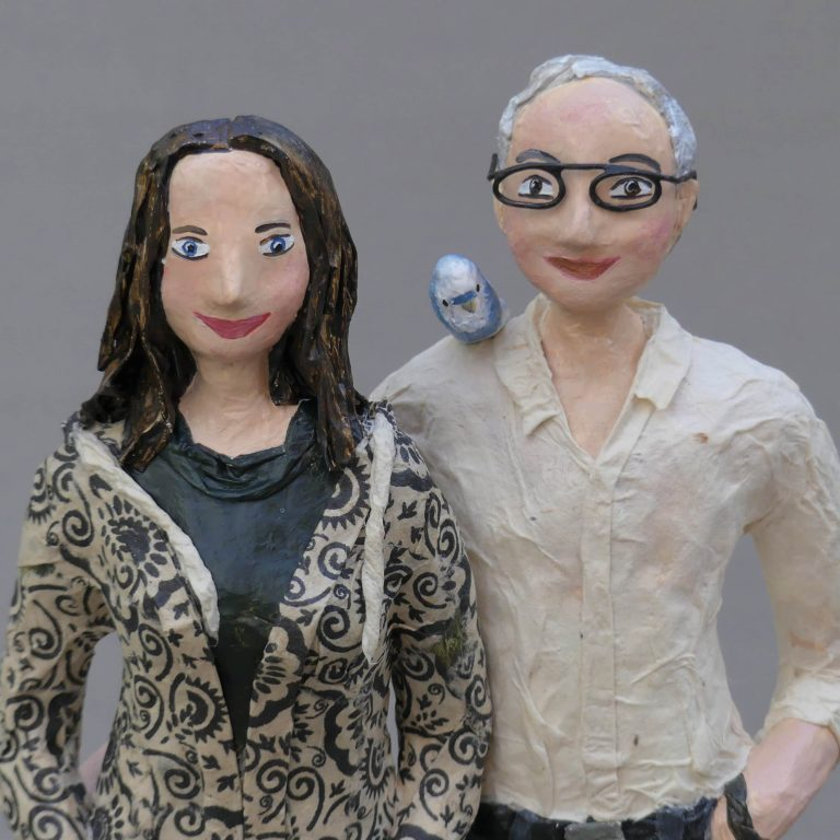 Freunde Skulptur aus Pappmache 5-min