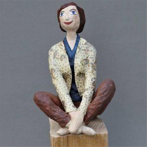 Frau sitzend aus Pappmachee