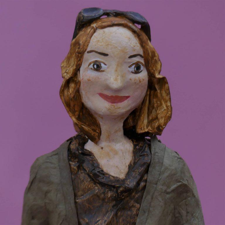 Katrin Skulptur aus Pappmache 2-min