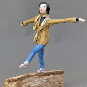 Frauenskulptur aus Pappmachee