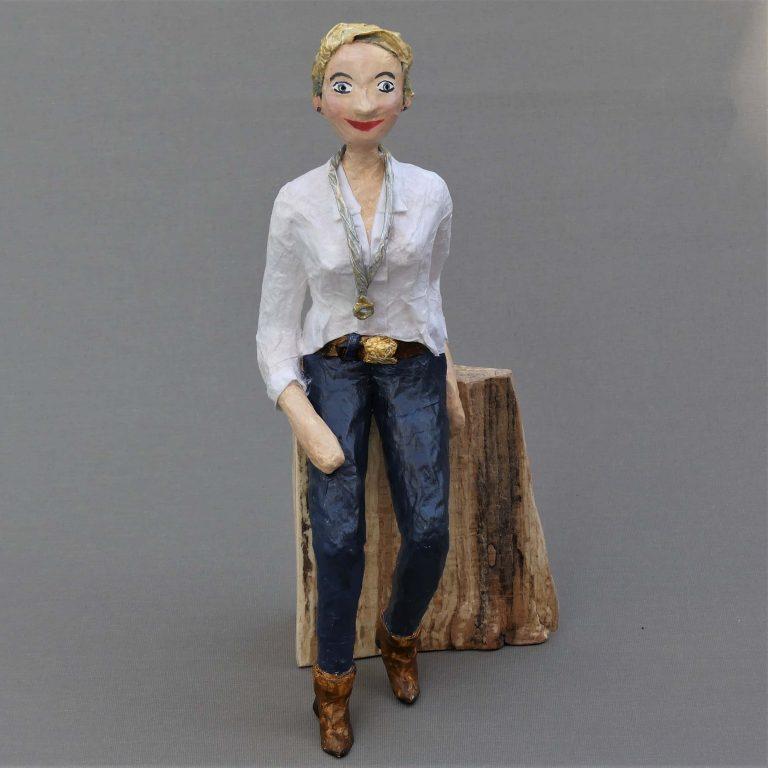 Tanja Skulptur aus Pappmache 1-min