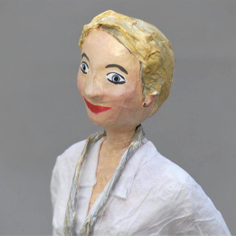 Tanja Skulptur aus Pappmache 2-min