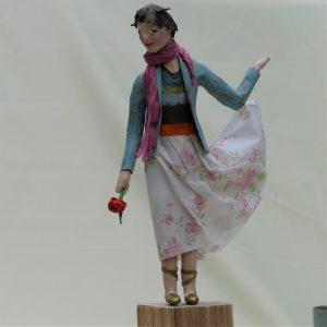 Figur aus Pappmachee mit Rose