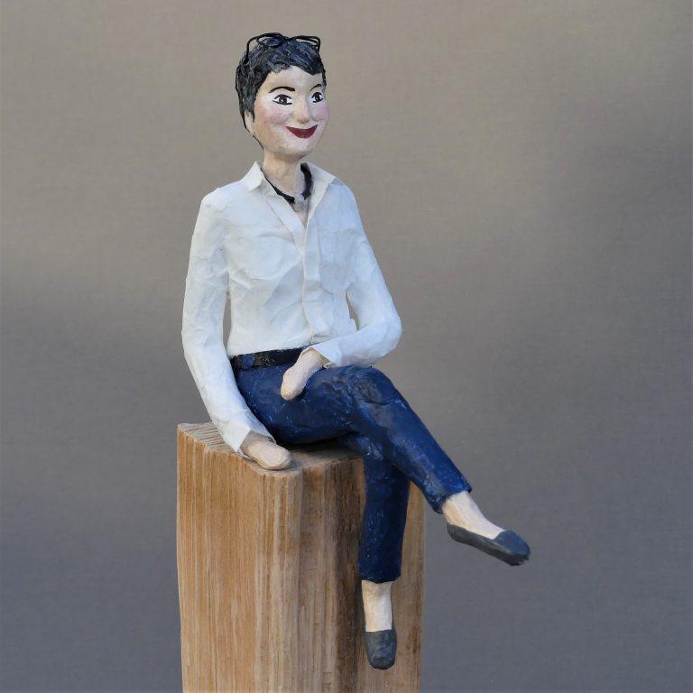 Frau sitzend Skulptur aus Pappmachee_6